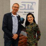Theo Ypma poseert met Lulu Wang voor de nieuwe STN banner